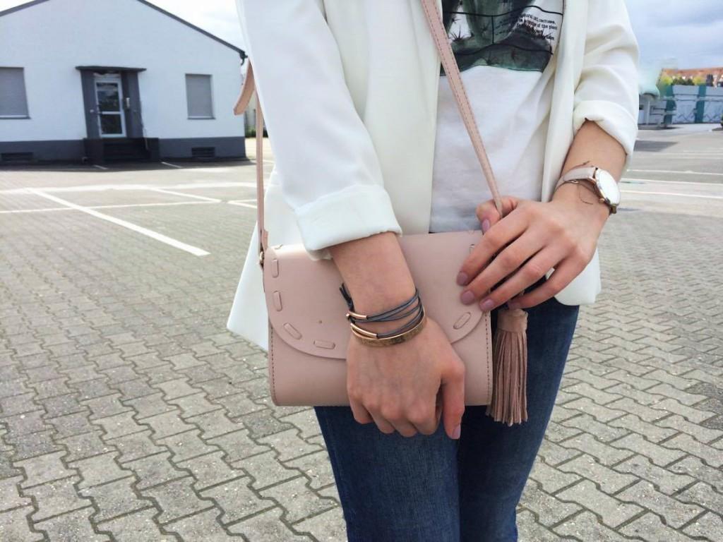 Zu einem tollen Look fürs Frühjahr gehören neben meinen Lieblingen der Saison auch die perfekten Details. In meinem Fall ist das eine rosa Tasche und graues Leder mit Roségold.
