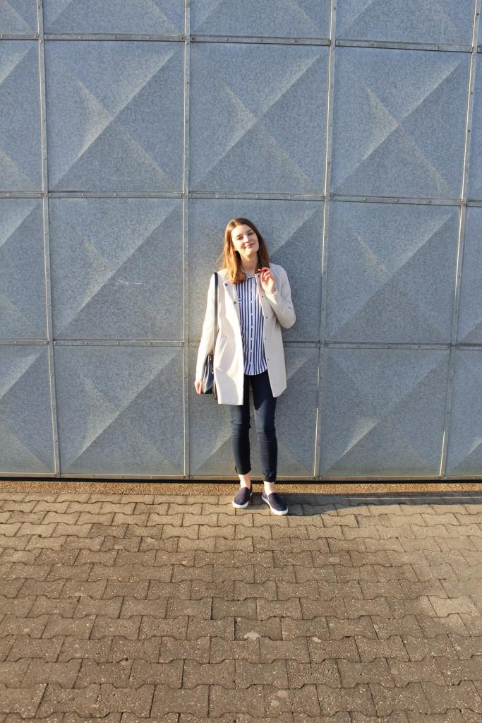 In diesem Look mit Jeans, Streifenbluse und Sneakern fühle ich mich super wohl und kann sowohl damit ins Büro als auch gemütlich durch die Stadt bummeln.