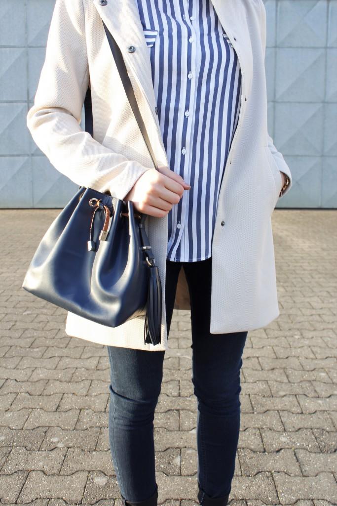 Passend zu meinen Lieblingsfarben Blau und Weiß, setze ich bei diesem Outfit auf Blaue Details wie Schuhe und Tasche. Die kleine Bucketbag sieht nicht nur gut aus, sie bietet auch genügend Platz für die wichtigsten Utensilien.