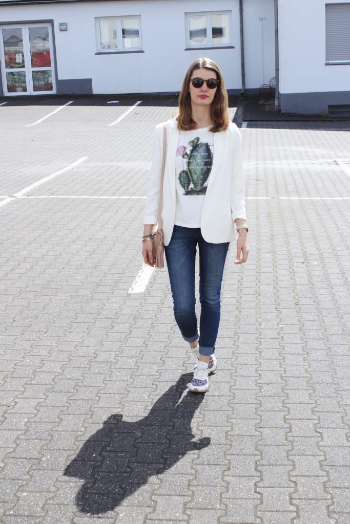 Ein casual Look für das Frühjahr mit weißem Blazer und Print-Shirt eignet sich perfekt für einen Stadtbummel oder ein auch fürs Büro.
