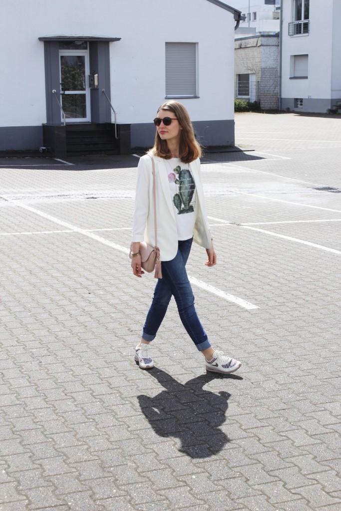 Der April zeigt sich genauso wechselhaft, wie das Sprichwort es besagt. Trotzdem habe ich einen neuen sportlichen Frühlingslook mit weißem Blazer und Jeans für euch.