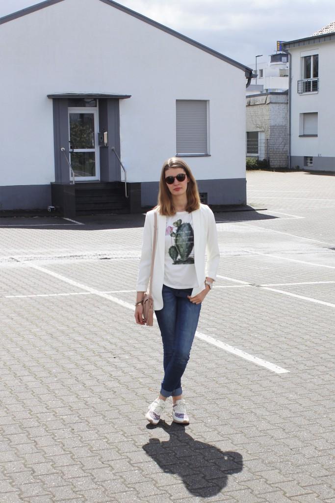 Ein Frühlingslook mit weißem Blazer, Jeans und Sneakern ist perfekt für einen City-Bummel oder einen Café mit der besten Freundin. Die hellen Farben versprühen Lust auf Sonne und warme Tage!