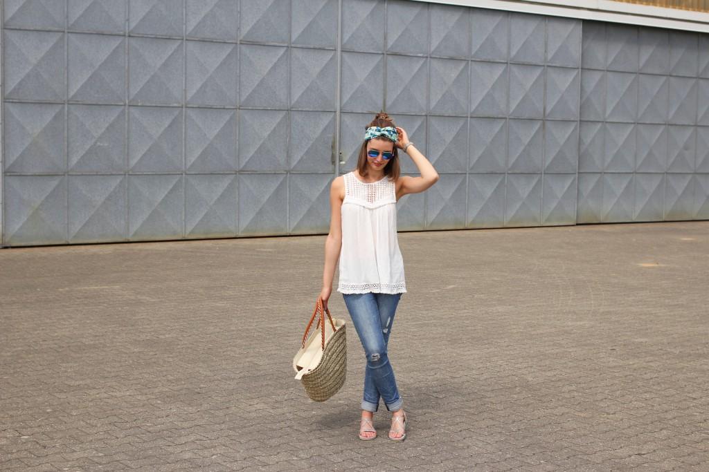 Katharina von Some Kind of Fashion zeigt destroyed Jeans und Häkeltop mit Turban für sommerlichen City Look.