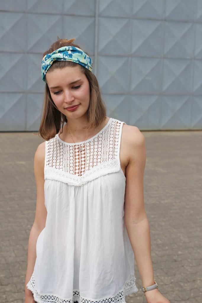 Häkeldetails sind für Katharina von Some Kind of Fashion das Highlight im Sommer. Zusammen mit Turban und Korbtasche wird der Look komplett.