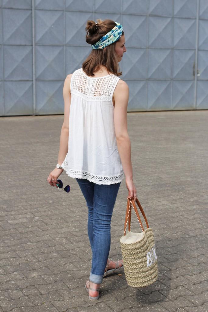Half-Bun und Turban werden für Katharina von Some Kind of Fashion zur perfekten Sommerfrisur. Zusammen mit Häkeldetails und Korbtasche wird der City Look mit Urlaubsfeeling komplett.