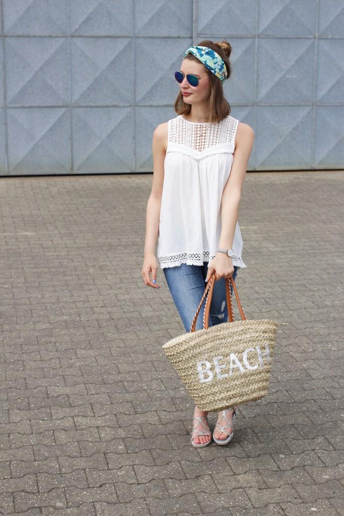 Katharina von Some Kind of Fashion zaubert Strandfeeling in einem lässigem City Look. Dazu kombiniert sie Häkeldetails mit Turban und Korbtasche.