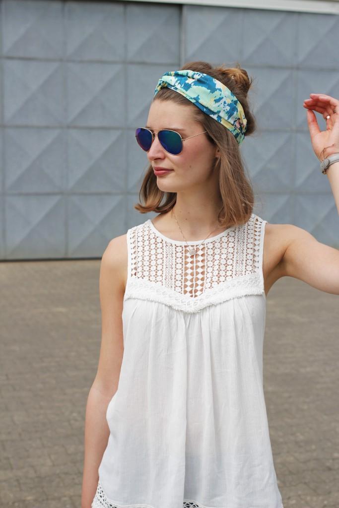 Ein Turban und Half-Bun passen für Katharina von Some Kind of Fashion perfekt zum Sommer. Mit Häkeldetails am Oberteil und einer coolen Sonnenbrille wird der Look komplettiert.