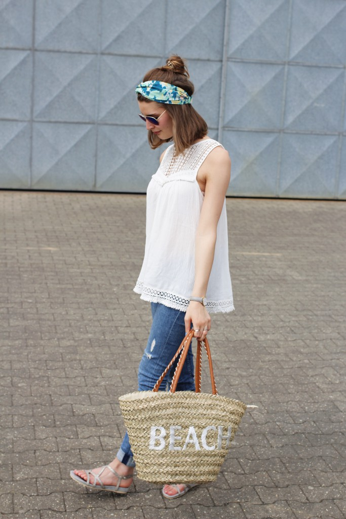 Ein casual City-Look mit Turban und Korbtasche ist für Katharina von Some Kind of Fashion perfekt für den Sommer. Dazu wählt sie Häkeldetails und helle Farben.