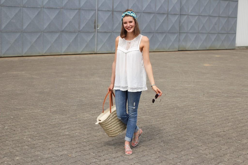 Einen sommerlichen City Look mit Turban und Korbtasche zeigt hier Katharina von Some Kind of Fashion. Durch Häkeldetails am Top wird zusammen mit dem Turban ein Look mit echtem Urlaubsfeeling daraus.