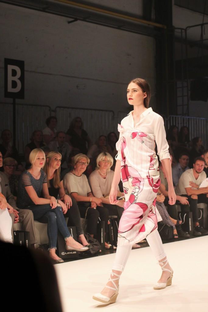 Das Lillet-Gewinner Tuch bei Platform Fashion auf dem Laufsteg. Tolle Idee, das Tuch als Kleid über Bluse und Jeans zu tragen!