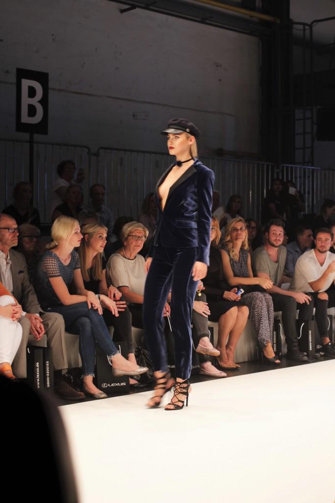 Die neue Herbst-/Winterkollektionen auf dem Laufsteg bei Platform Fashion. Hier ein toller Hosenanzug aus dunkelblauem Samt mit Schiebermütze und tiefem Dekoltee.