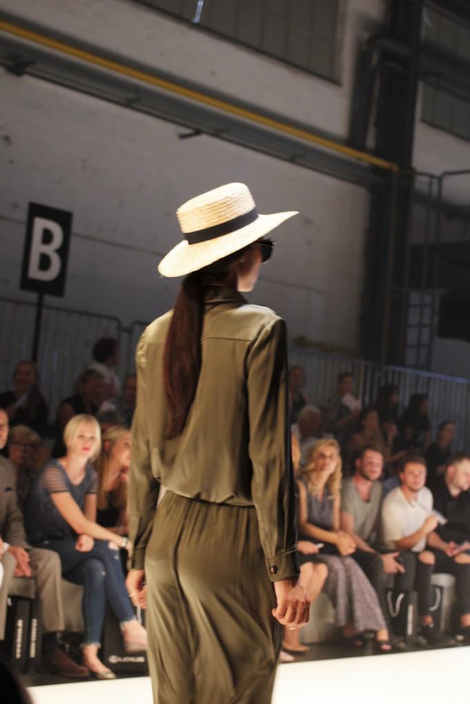 Direkt vom Laufsteg bei Platform Fashion berichtet Katharina von Some Kind of Fashion über die neuesten Trends und Mode aus dem 3D Drucker. Hier ein lässiger Look mit Jumpsuit in Khaki und Stohhut.