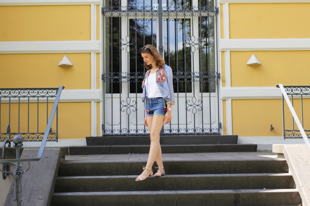Jeans Shorts und Boho-Jacke mit PomPoms