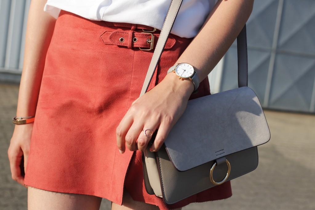 Ein oranger Wildlederrock ist das Highlight im Look von Katharina, Bloggerin auf Some Kind of Fashion. Der asymmetrische Schnitt passt am besten zu einem weichen Blusenshirt in weiß. Dazu wählt Katharina Espadrilles in Schlangenlederoptik.
