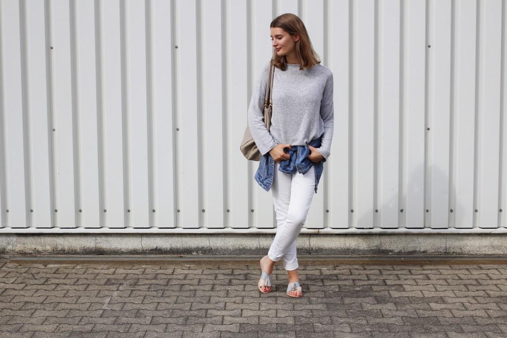 Die Just be Yourself Blogparade startet nach der Sommerpause in eine neue Runde. Dieses Mal dreht sich alles um das Thema Jeans. Katharina von Some Kind of Fashion zeigt einen Look mit weißer Jeans, grauem Pulli und Jeansjacke. Perfekt für schöne Spätsommertage und mit jeder Menge Jeans.