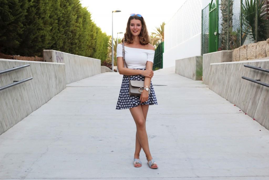 Katharina von Some Kind of Fashion zeigt hier einen ihrer liebsten Urlaubslook von ihrer Reise nach Teneriffa. Dazu wählt sie einen Musterrock in blau und ein Off-Shoulder Top in weiß.
