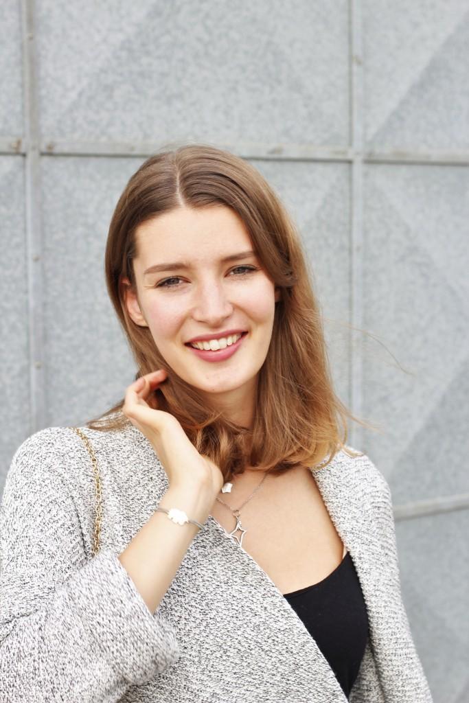 Katharina von Some Kind of Fashion kann sich noch nicht vom Sommer trennen. Deshalb kombiniert sie neue Herbstteile, wie einen Strickmantel in Salz-Pfeffer-Optik mit weißer Hose. Dazu trägt sie ihre neue Uhr von Live a Life Clothing - ein echter Hingucker!