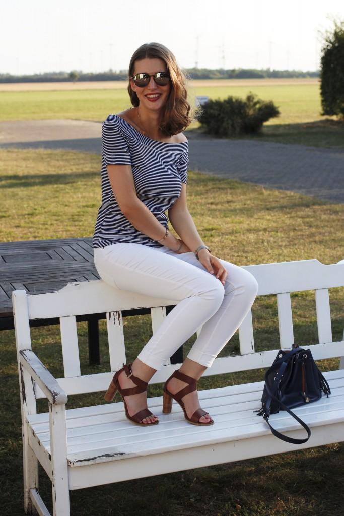 Weiße Hosen werden nie aus der Mode kommen. Auch bei Katharina von Some Kind of Fashion sind sie jeden Sommer sehr beliebt. Hier zeigt sie ein chices Outfit mit Off-Shoulder Streifen Shirt und cognac-braunen Sandaletten. Genau das richtige für einen schönen Spätsommer.