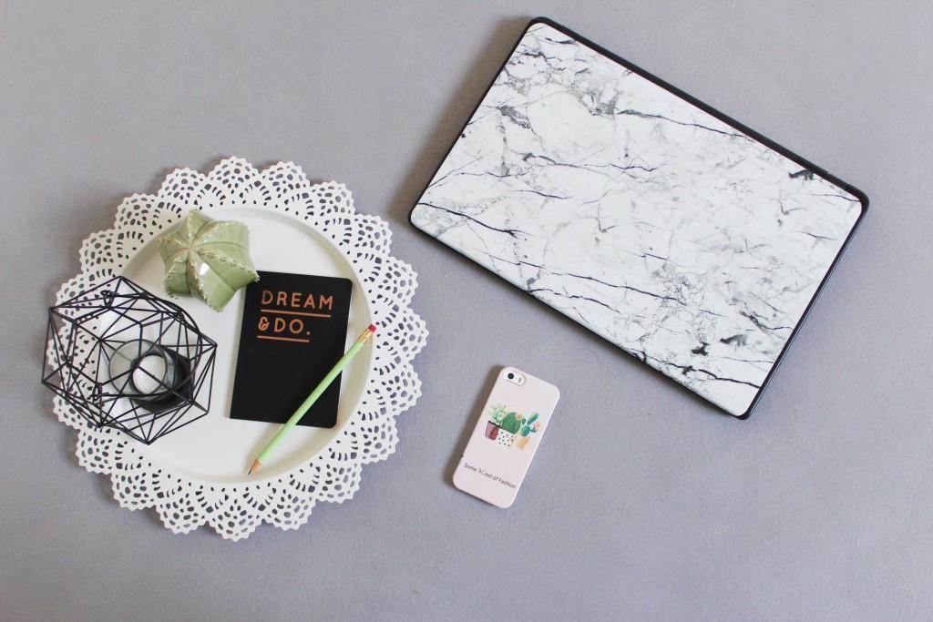 Caseapp Mit Caseapp lassen sich Handyhüllen und Laptop Skin-Folien individuell gestalten. Ganz nach den eigenen Vorstellungen und Wünschen und in super Qualität. Katharina von Some Kind of Fashion hat sich für eine rosa Handyhülle mit Kakteen und eine Laptop-Folie in Marmoroptik entschieden.