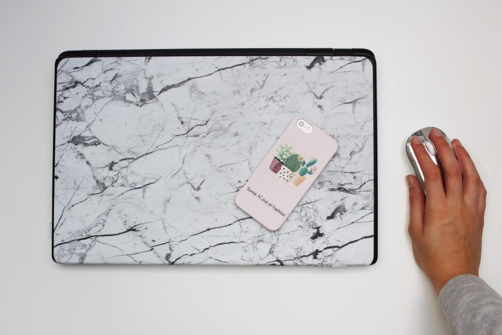 Mit Caseapp lassen sich Handyhüllen und Laptop Skin-Folien individuell gestalten. Ganz nach den eigenen Vorstellungen und Wünschen und in super Qualität. Katharina von Some Kind of Fashion hat sich für eine rosa Handyhülle mit Kakteen und eine Laptop-Folie in Marmoroptik entschieden.