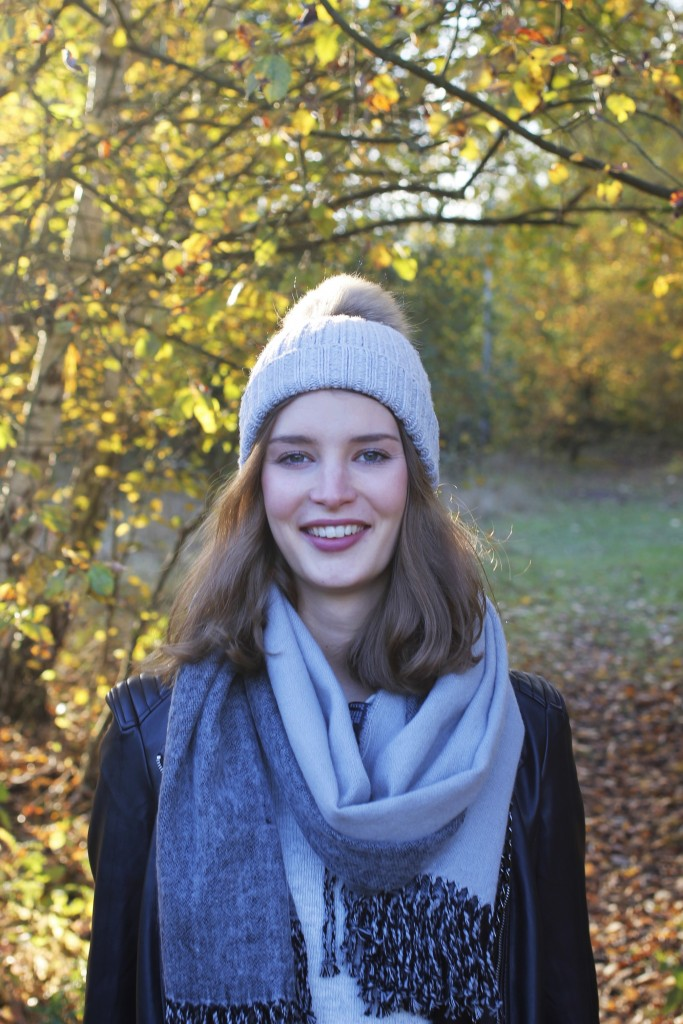 Eine neue Runde Just be Yourself ruft und diesen Monat mit dem Motto Herbstspaziergang. Dazu stylt Katharina eine Kombination aus kuschligen grauem Strick, großem Schal, Mütze und Lederjacke. Highlight sind die Leosneakers.