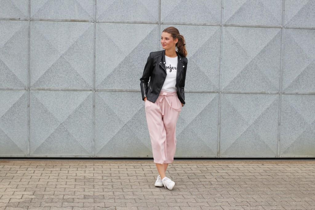 Die rosa Culottes passte perfekt zu so viele Sommeroutfits. Aber das Lieblingsteil jetzt im Herbst einfach in den Schrank hängen? Katharina von Some Kind of Fashion kombiniert sie stattdessen mit Shirt, Lederjacke und Sneakern und macht die Culottes damit absolut herbsttauglich.