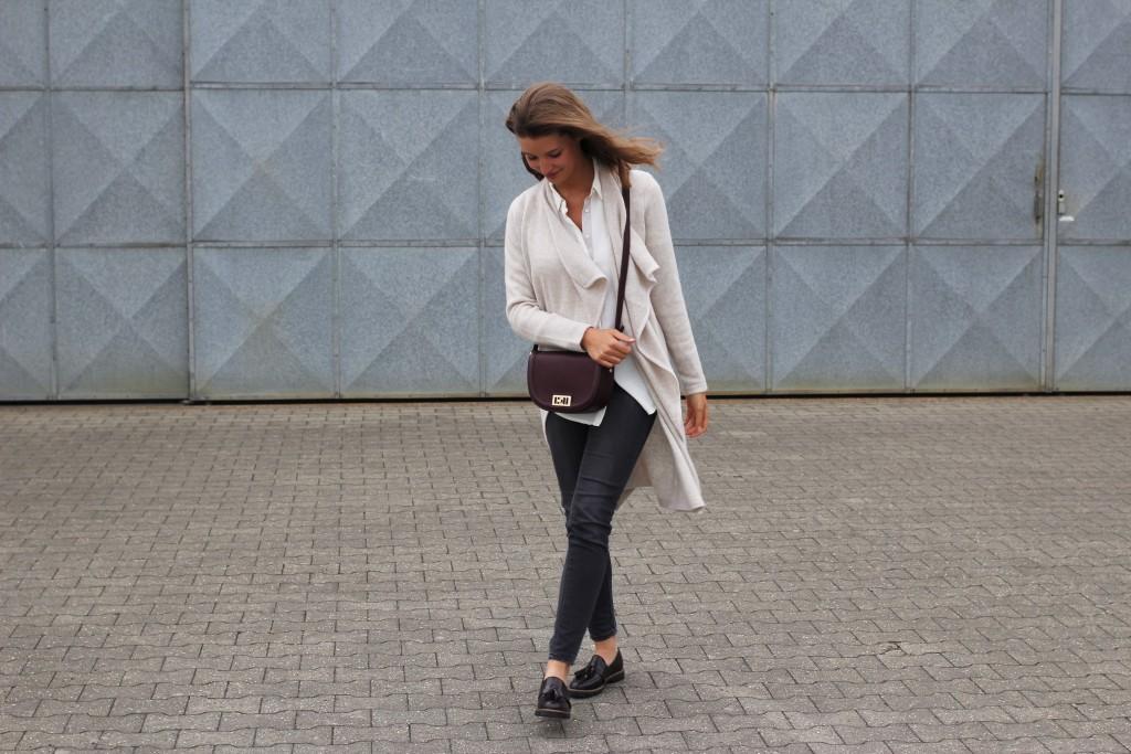 Strickmäntel sind ein absolutes Must-Have im Herbst 2016. Katharina von Some Kind of Fashion kombiniert einen tolle Strickmantel in Beige zu weißer Bluse, Jeans und Loafer. Perfekt für die kommende Saison!