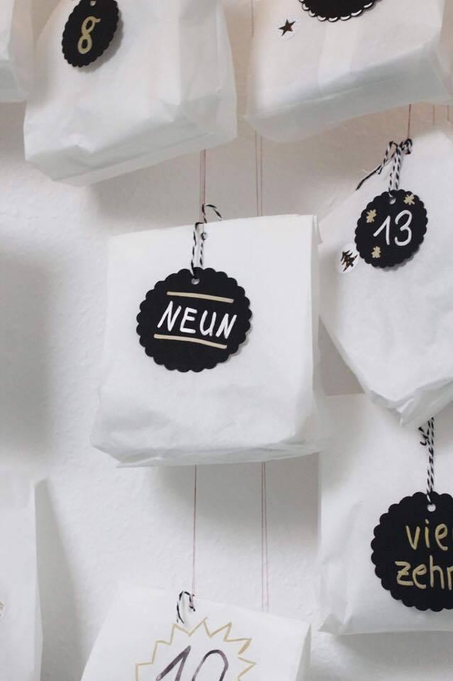 Man ist nie zu alt für einen Adventskalender! Und weil selbstgemachte immer noch die schönsten sind, zeigt Katharina von Some Kind of Fashion heute ein super einfache und günstige Last-Minute DIY für euren Adventskalender. Dezente Farben und Metallic Effekte machen den Kalender zu einem echten Hingucker im skandinavischen Design.