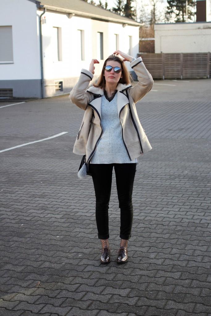 Die Mission: Eine schöne Shearling Jacke abseits von Zara & Co., die nicht uni schwarz ist. Gar nicht mal so leicht. Bloggerin Katharina hat es dennoch geschafft und zeigt einen Winterlook mit ihrer Shearling Jacke und Spitzendetails.