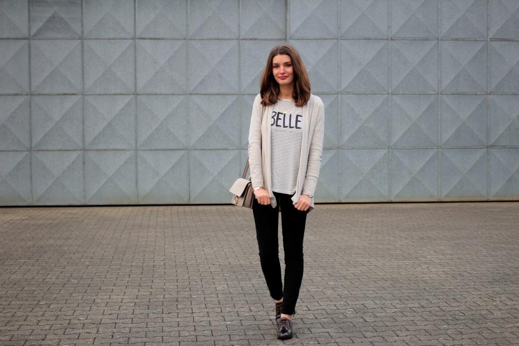 Bloggerin Katharina zeigt einen entspannten Alltagslook. Dazu kombiniert sie ein lässiges Streifenshirt mit Bikerjeans in Schwarz und Lackschnürern.