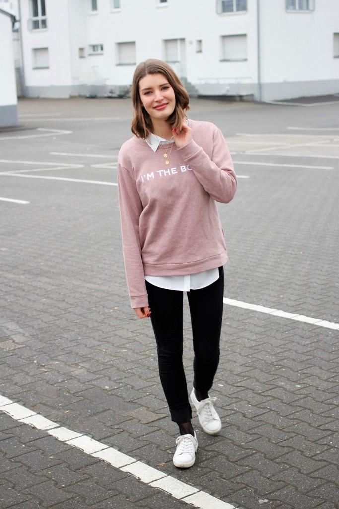 Ein Trend der die Bloggerwelt in den letzten Wochen dominierte wie lange keiner mehr. Netzstrümpfe. Bloggerin Katharina von Some Kind of Fashion kombiniert die Trendteile zu einem casual Look mit Sweater und Sneakers.