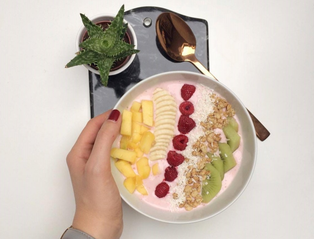 Schon zwei Wochen des neuen Jahres sind um und damit auch der Januar zur Hälfte. Um sich an den kalten, dunklen Tagen bei Laune zuhalten, setzt Bloggerin Katharina auf bunte Smoothie Bowls zum Frühstück. In ihrem Wochenrückblick verrät sie noch mehr zu ihrer Woche 2 aus 2017.