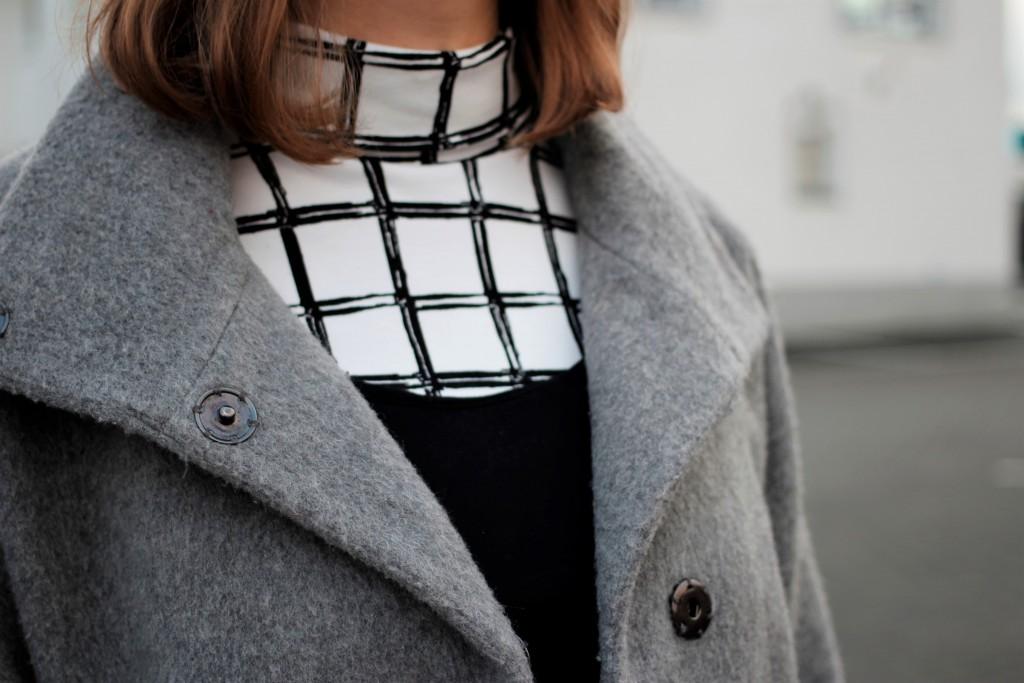 Karo-Muster sind in diesem Jahr ein großer Trend. Bloggerin Katharina kombiniert ein Karo-Shirt mit Turtleneck neu mit einem Trägertop und roten Akzenten.