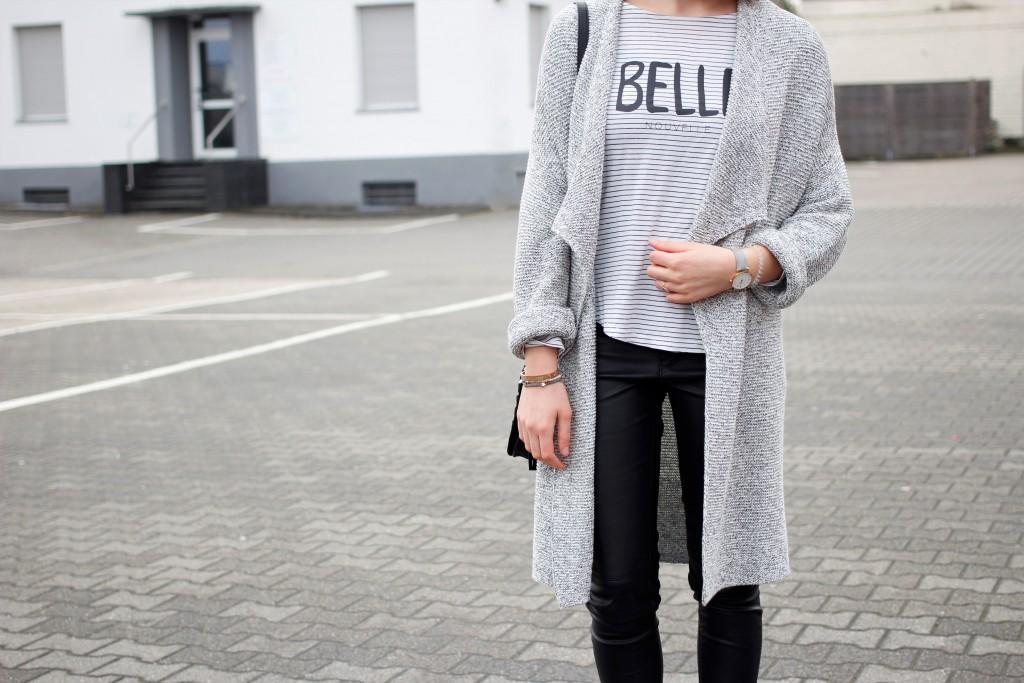 Ein monochromer Look muss keinesfalls langweilig sein. Das beweist auch Bloggerin Katharina, die einen Strickmantel in Salz&Pfeffer-Optik mit ihrem liebsten Streifenshirt in einem casual Outfit kombiniert.
