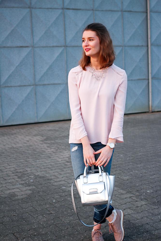 Trend im Frühling 2017 sind definitiv weiterhin Trompetenärmel. Bloggerin Katharina stylte eine rosa Bluse mit Trompetenärmel zu croped Jeans und silbernen Details. Ein Frühlingsoutfit für jeden Tag, das aber gleich mehrere Trends aufgreift.