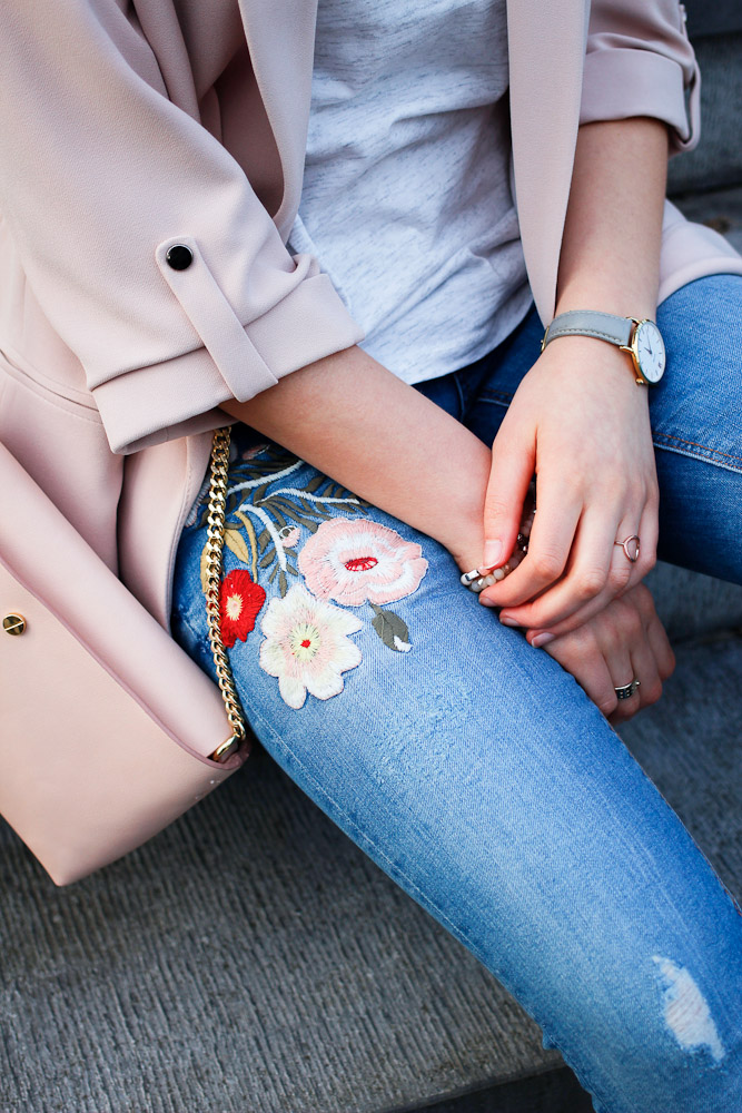 Ostern steht bald schon vor der Tür, aber was anziehen zum Osterbrunch mit der Familie? Auf diese Frage geben die Bloggerinnen hinter Just be Yourself diese Woche Antworten. Küken Katharina kombiniert eine Jeans mit Blumenstickerei zu pastellrosa Blazer und frühlingshaften Accessoires.