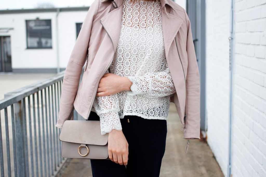 Der Frühling ist endlich da und damit ist es Zeit die neuen Frühlingssachen auszuführen. Deshalb ging es für Bloggerin Katharina in einer tollen Spitzenbluse, kombiniert mit rosa Lederjacke und dunkelblauen Joggers auf ein Event in Köln.