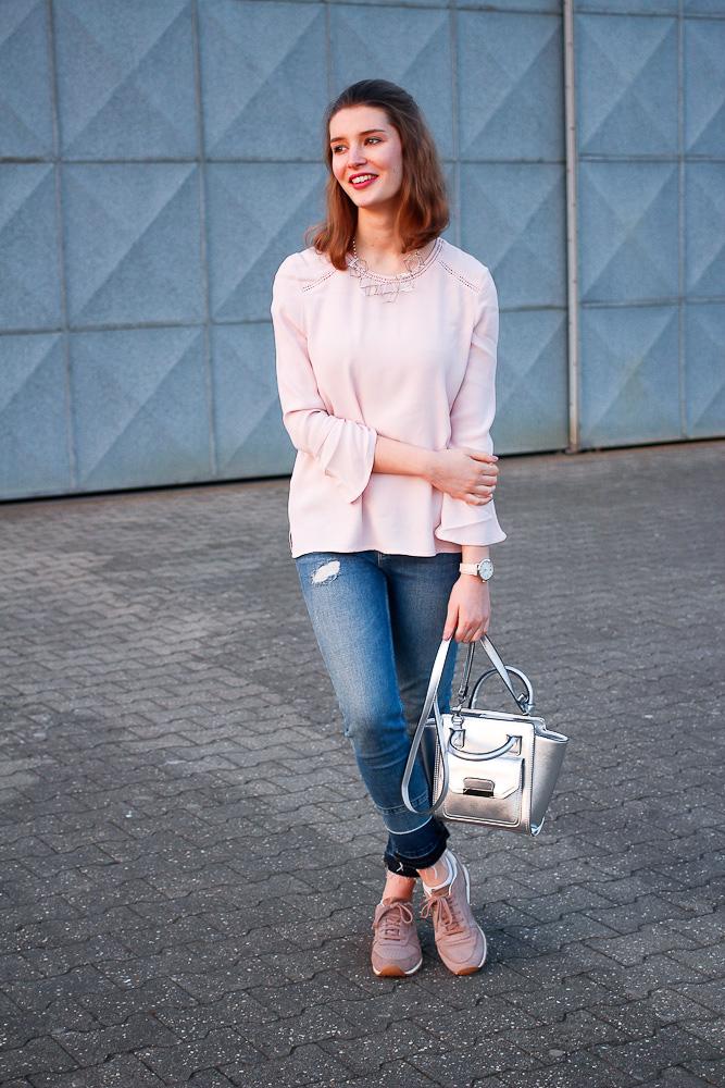 rosa bluse mit trompeten rmel croped jeans some kind of fashion. Black Bedroom Furniture Sets. Home Design Ideas