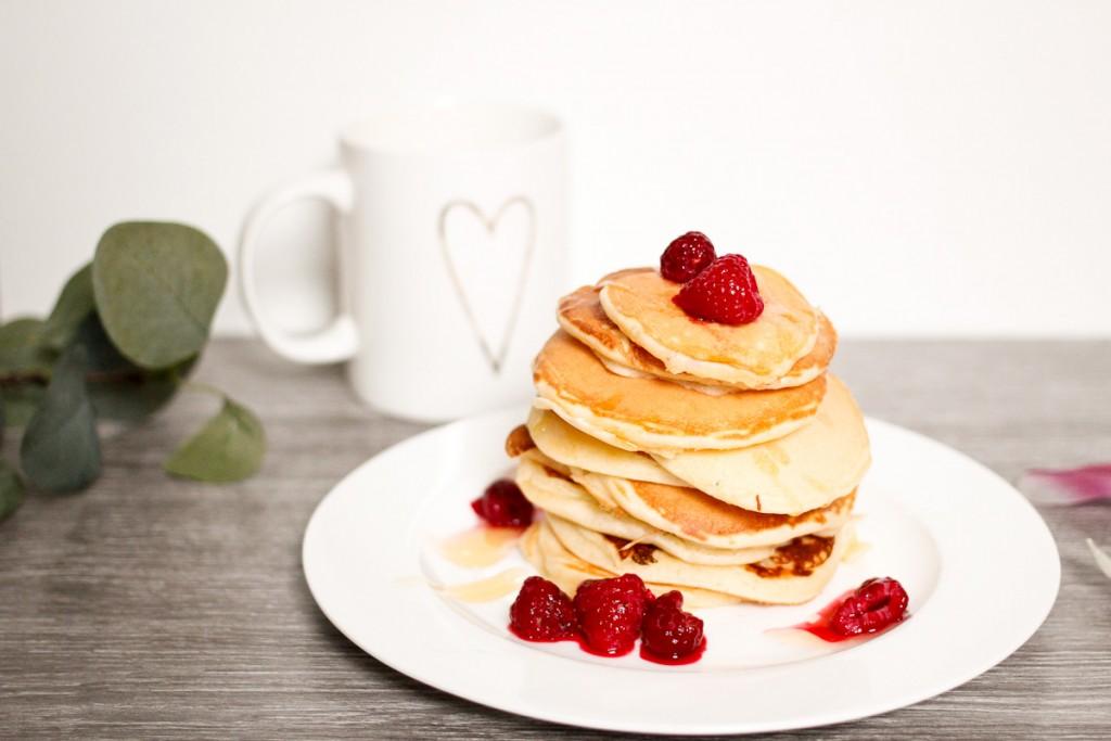 Was gehört zu einem perfekten Frühstück dazu? Für Bloggerin Katharina die Kombination aus Süßem und Herzhaftem. Deshalb dürfen neben Brötchen auch fluffige Buttermilk Pancakes nicht fehlen, die im Handumdrehen selbstgemacht sind.