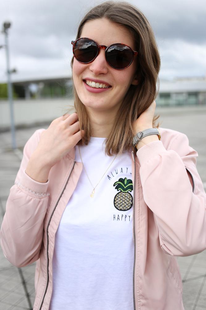Katharina ist absoluter Ananas-Fan. Keine Frage, dass sie an dem Ananas-Shirt nicht vorbeigehen konnte. Ein Frühlingslook mit fruchtiger Unterstützung.