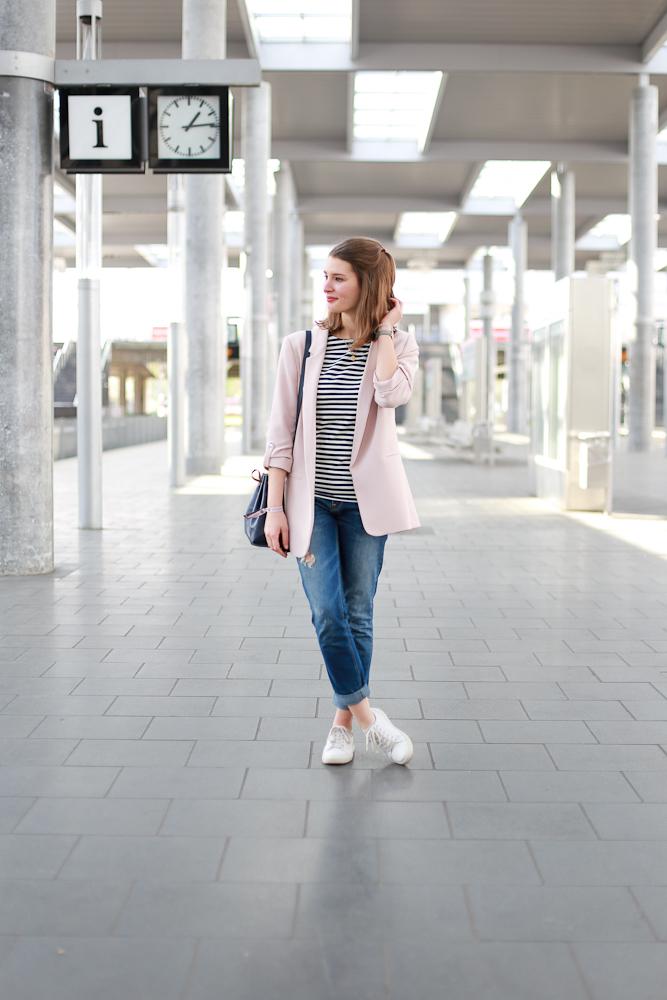 Wie stylt man seine Boyfriendjeans im Frühling? Bloggerin Katharina setzt auf zarte Farben und lässige Schnitte dazu. So wird der casual Look besonders.