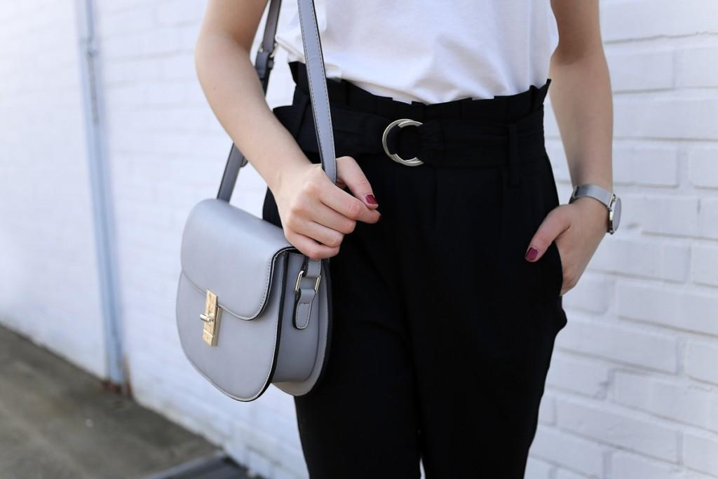 Wie sieht ein Capsule Springlook 2017 aus? Für Bloggerin Katharina von Some Kind of Fashion ist es ein Outftit, das sowohl für die Freizeit als auch fürs Büro geeignet und dabei auch noch stylisch ist. Eine schwarze Stoffhose mit hohem Bund und ein weißes Statementshirt sind dabei die Hauptbestandteile des Looks.