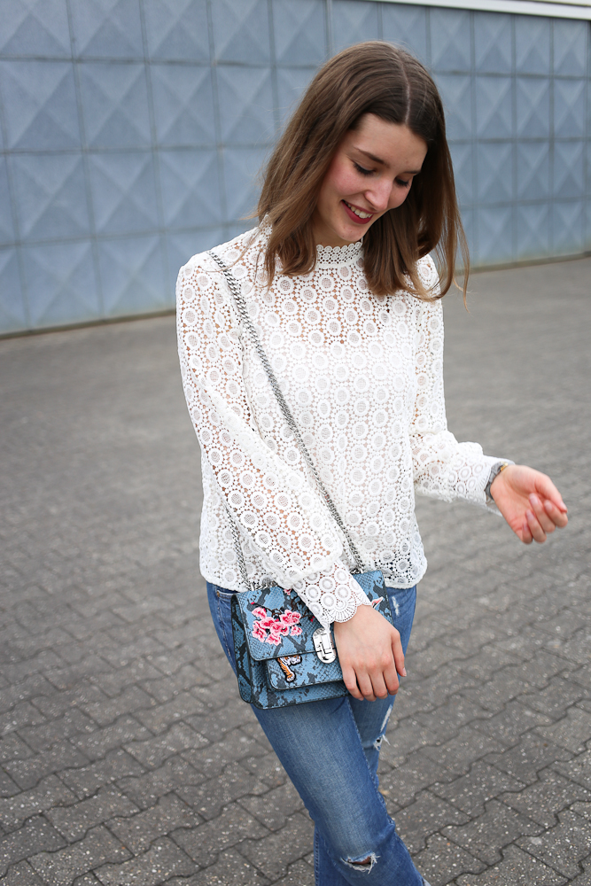 Frühlingsoutfit Spitzenbluse und Lack-Sneaker mit Satinschleife