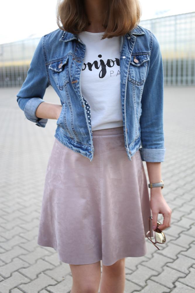 Endlich werden die Tage wärmer und man kann Röcke und Kleider ohne Strumpfhosen tragen. Und damit endlich Zeit meinen rosa Wildlederrock auszuführen. Hier habe ich ihn mit Jeansjacke, weißem Shirt und Lack-Sneakern gestylt.