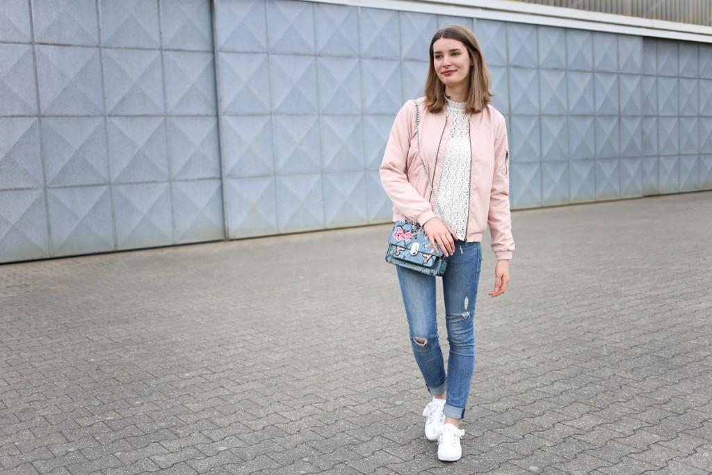 Spitzenbluse und Lack-Sneaker mit Satinschleife