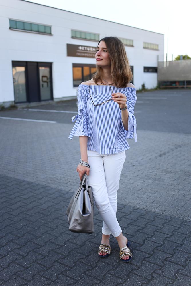 Wer hätte gedacht, dass es so schnell so sommerlich werden würde? Ich jedenfalls nicht, aber beschweren will ich mich natürlich nicht. Denn deswegen können wir schon all die schönen Sommersachen anziehen, so wie diese gestreifte Off-Shoulder Bluse, die ich erst vor Kurzem bei H&M bestellt habe.