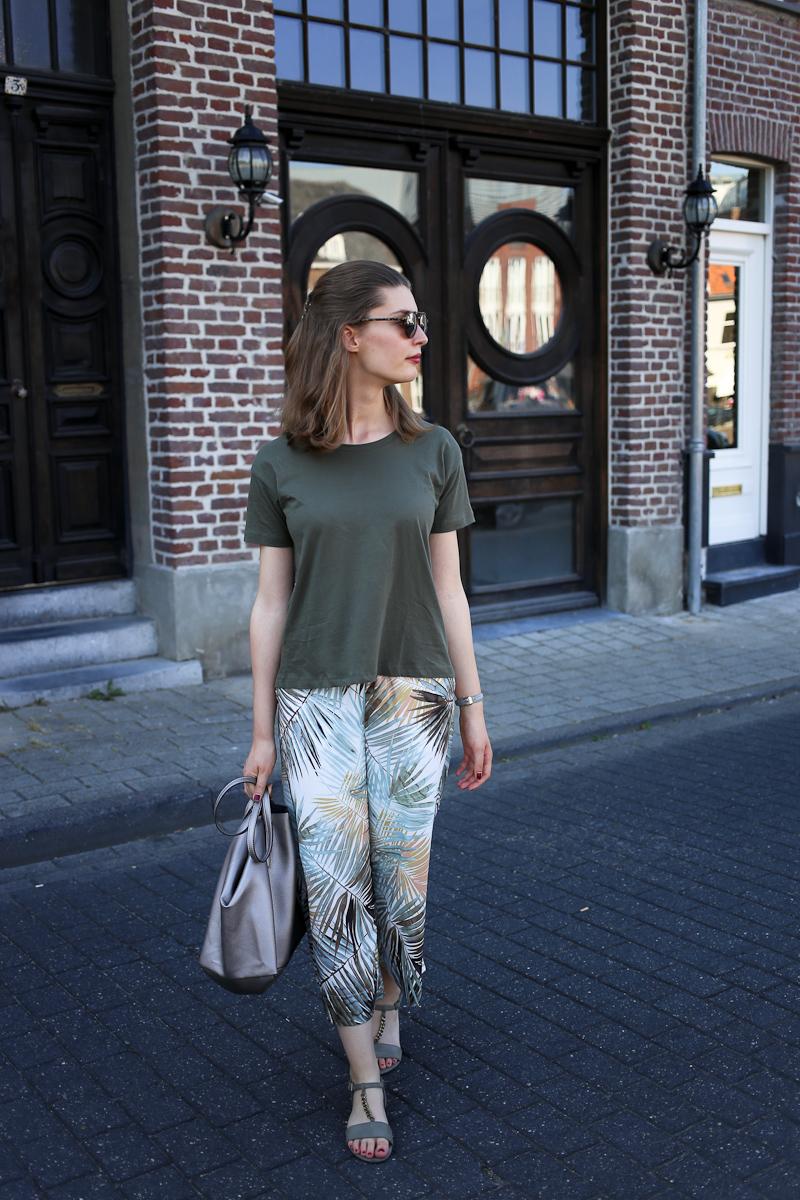 Ein Sommertag in der niederländischen Stadt Roermond schreit nach einem sommerlichen Outfit. Deswegen führt Bloggerin Katharina ihre neue Palmen Culottes mit einem khaki-farbenen Oberteil aus, das auf den zweiten Blick tolle Details bereithält.