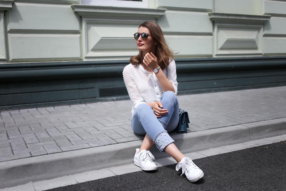 Perlen sind in diesem Jahr ein echter Trend. Bloggerin Katharina kombiniert eine Perlen-Jeans von Zara mit weißen Teilen zu einem casual Alltagslook.
