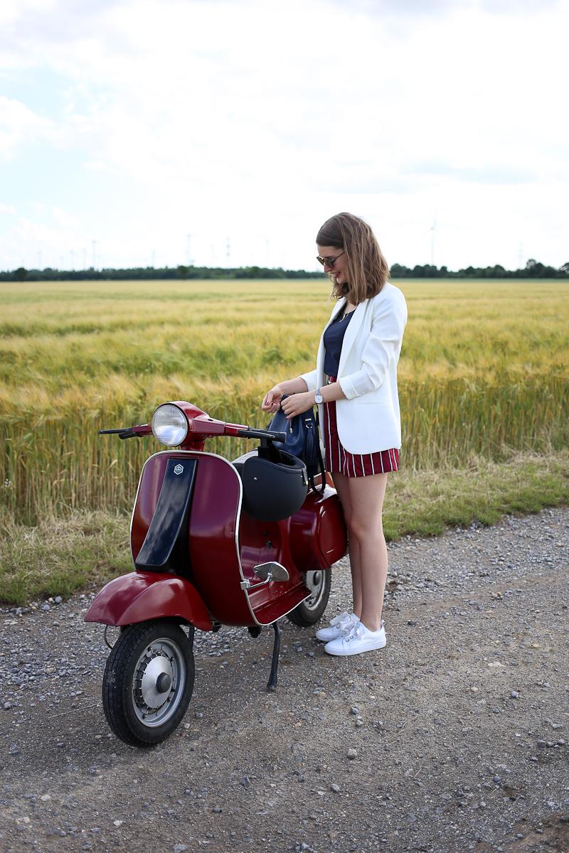 Passend zur Oldtimer Vespa stylt Bloggerin Katharina eine rot gestreifte Pyjama Style Shorts. Dazu wählt sie einen Look in blau und weiß