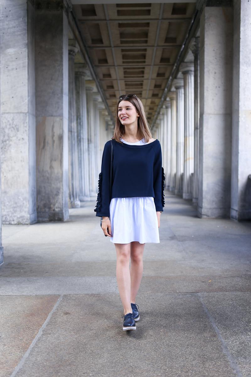 Ein erster Look aus Berlin, der aber mit der Fashion Week nichts zu tun hat. Wo ihr das süße Kleid mit dem Rüschen-Sweater im Sale finden könnt, erfahrt ihr im neuen Outfitpost.
